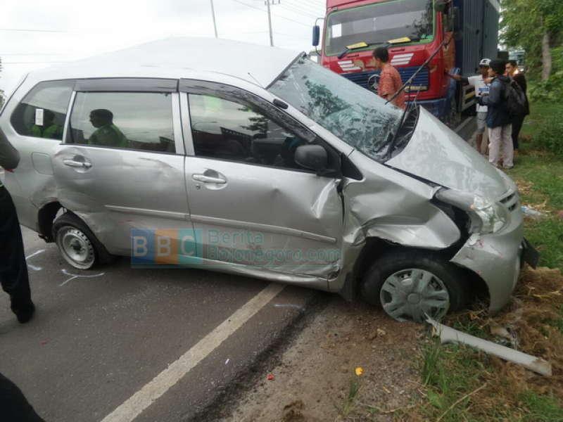 tabrakan beruntun 1 mobil dengan 2 truk satu penumpang tewas berita bojonegoro. Black Bedroom Furniture Sets. Home Design Ideas
