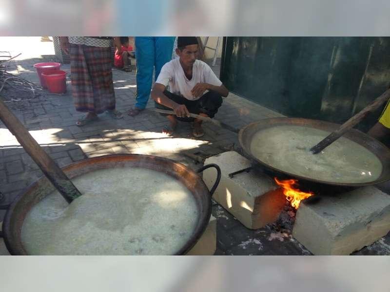 pengurus masjid Sunan Bonang memasak bubur suro (dok/beritabojonegoro)