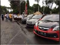 Komunitas Brio Bagi Takjil di Alun-Alun Bojonegoro
