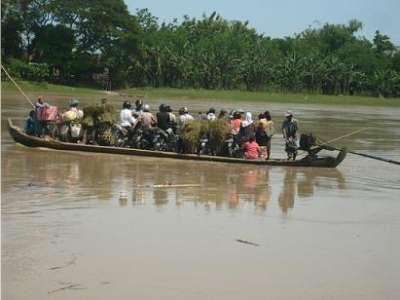 Bertaruh Nyawa, Membelah Bengawan Solo Naik Perahu Kayu