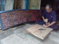 Pak Mamik, Perajin Relief Wayang Beber di Padangan