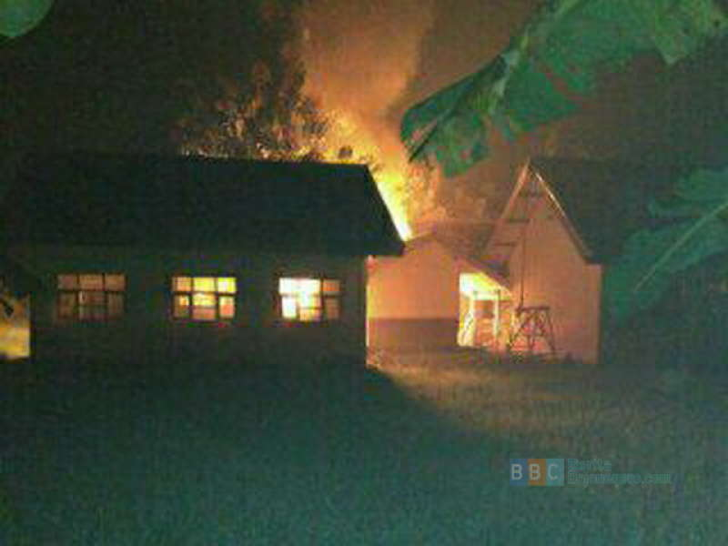 Padamkan Api, Dua Warga Terjatuh dari Atap Bangunan Sekolah
