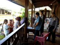 Polisi Turut Gotong Royong Salurkan Sembako dari BPBD