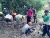 Kuswiyanto Turut Gotong-Royong Perbaiki Jalan Paving di Sumberrejo