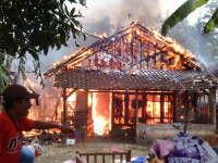 Akibat Korsleting, 4 Rumah di Dander Hangus Terbakar