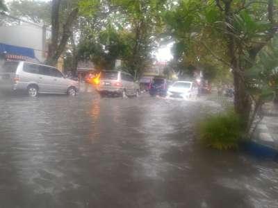 Hujan Deras Genangi Jalan Dalam Kota