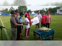 EMCL Serahkan Bantuan Pagar Lapangan Malowopati Desa Talok