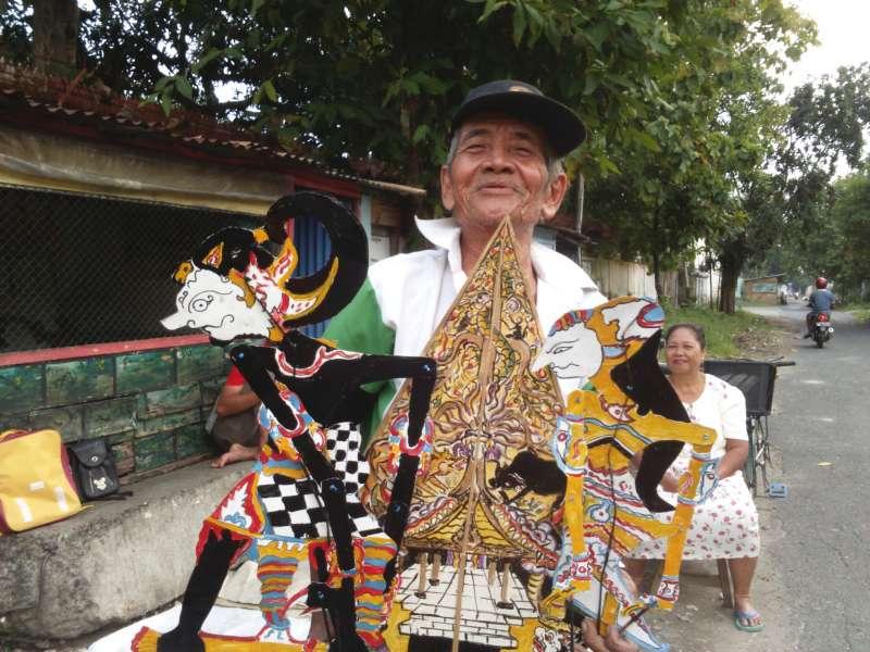 Mbah Jony, Menjaga Tradisi Membuat Wayang dari Kertas Karton