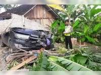 Toyota Innova Seruduk Teras Rumah dan Motor Parkir di Ngraho