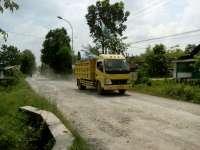 Truk Proyek Pengangkut Tanah Uruk Hilir Mudik di Jalur Lingkar Gayam