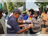 Hari Kartini, Polwan Bojonegoro Bagikan Nasi Bungkus pada Tukang Becak
