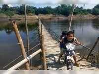 Musim Kemarau, Para Penambang Perahu Bangun Jembatan Penyebrangan Dari Bambu
