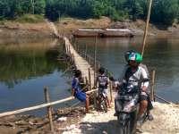 Petugas Penyeberangan Jembatan Bambu Bisa Dapat Rp 1 Juta dalam Sehari