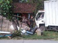 Truk Box Tabrak Warung Kopi di Blora, Empat Orang Luka-Luka
