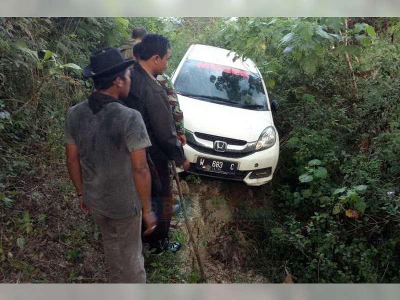 Warga Ngambon Digegerkan Penemuan Mobil Yang Terparkir di Tengah Hutan