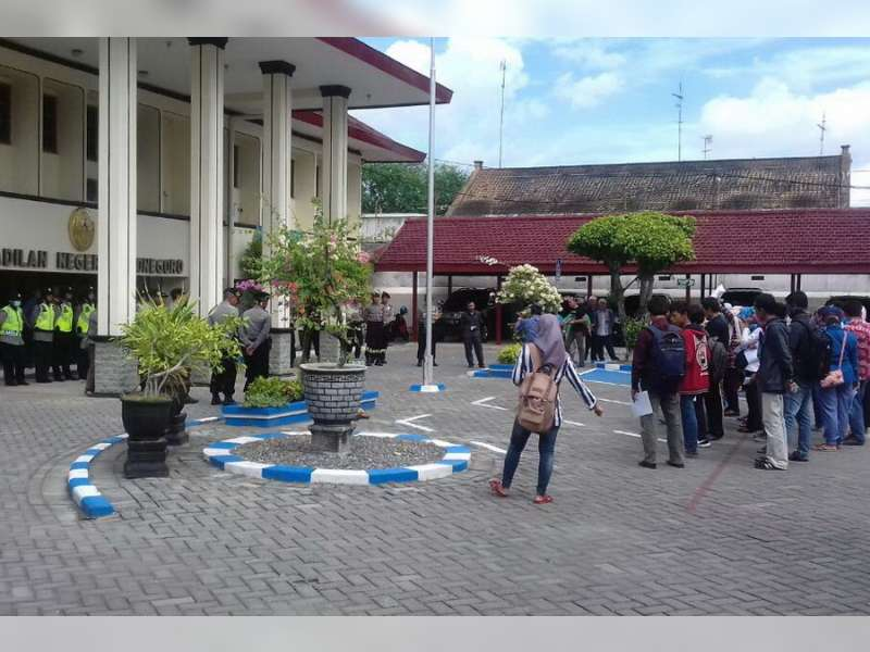 AMPK Gruduk PN Bojonegoro Minta Keadilan Untuk Rodiyah