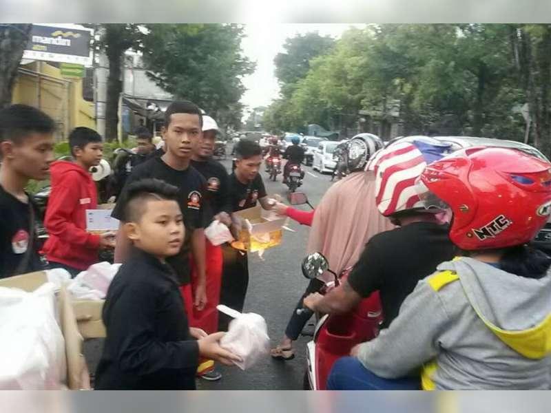 Komunitas Pencak Silat Bojonegoro Berbagi Takjil
