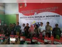 Menteri Sosial Serahkan Bantuan PKH Non Tunai di Kecamatan Tambakrejo