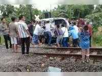 Kijang Innova Dihatam Kereta Api Gumarang, Seorang Penumpang Luka-luka