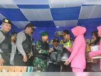Kapolres Bersama PJU dan Bhayangkari Beri Bingkisan Pada Anggota Jaga Pos Ramadniya