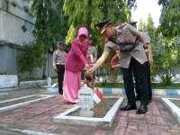 HUT Bhayangkara Ke-71, Kapolres Bojonegoro Pimpin Ziarah ke TMP