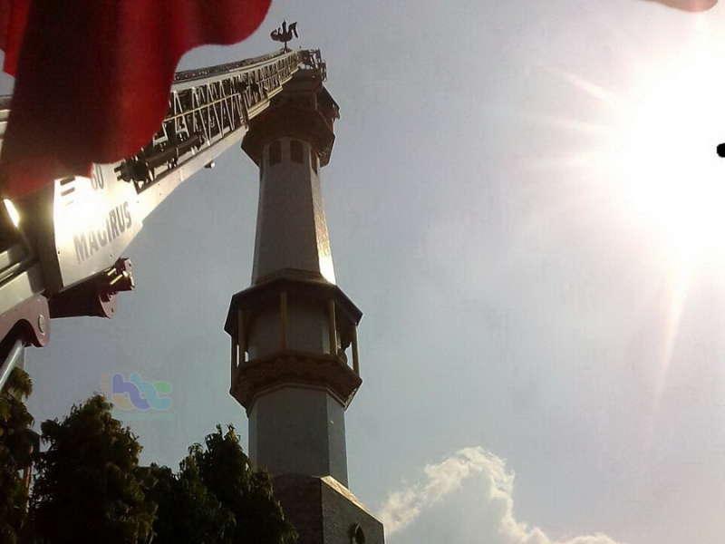 Dinas Pemadam Kebakaran Bojonegoro Evakuasi Warga Yang Pingsan di Atas Menara Masjid