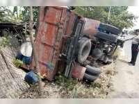 Dump Truk Bermuatan Sembako, Terguling di Jalan Raya Kalitidu Bojonegoro