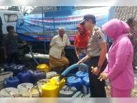 Polres Bojonegoro Salurkan Air Bersih Bantuan Kapolda, Kepada Warga Temayang