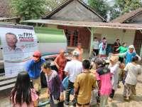 Kemarau Panjang, Pak Tris Pinggiran Salurkan Bantuan Air Bersih
