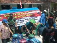 Warga Berebut Bantuan Air dari Kodim 0721 Blora
