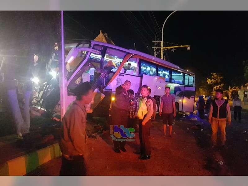Bus Pariwisata Ziarah Wali Songo Terlibat Kecelakaan di Jalur Pantura Tuban