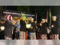 Dalam Grebeg Berkah Jonegaran, Kapolres Bojonegoro Terima Penghargaan dari Bupati