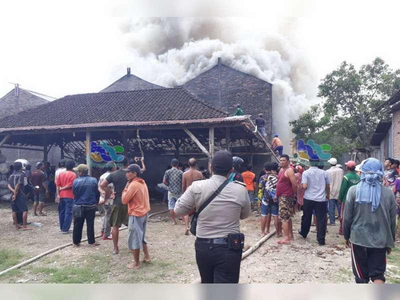 Gudang Oven Tembakau di Sugihwaras Terbakar