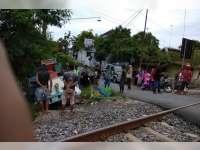 Huler Keliling Tertabrak Kereta Api di Perlintasan Tanpa Palang Pintu Desa Pekuwon