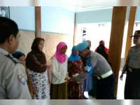 Anggota Polsek Gondang Salurkan Bantuan Kapolres Bojonegoro Pada Kaum Dhuafa
