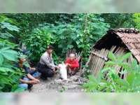 Kapolsek Sekar Sambangi Kakek 73 Tahun Yang Hidup Sebatangkara