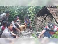 Kasat Lantas Salurkan Bantuan dari Kapolres Bojonegoro Untuk Mbah Panidin