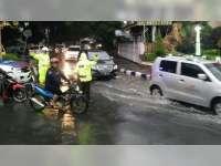 Sat Lantas Polres Bojonegoro Urai Kemacetan Akibat Genangan Air