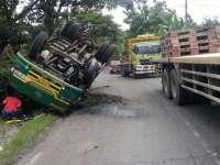 Truk Pengankut Tabung CNG Terguling di Margomulyo