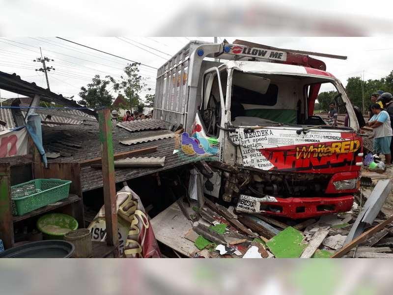 Kecelakaan Truk Tabrak Elf dan Warung di Kalitidu, Kerugian Diperkirakan Capai Rp 30 Juta