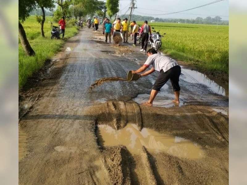 Polsek, Koramil dan Warga Kradenan Gotong Royong Perbaiki Jalan Rusak