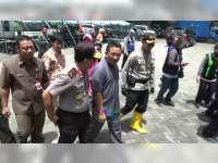 Kapolda Jatim Kunjungi dan Berikan Bantuan Pada Korban Banjir di Bojonegoro