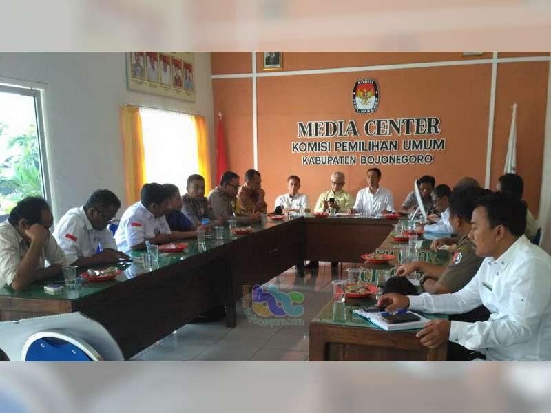 KPU Bojonegoro Gelar Rakor Tahapan Pemilukada dan Serahkan Alat Peraga Kampanye