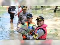 Kapolres Bojonegoro Sampaikan Bantuan pada Warga Baureno Terdampak Banjir