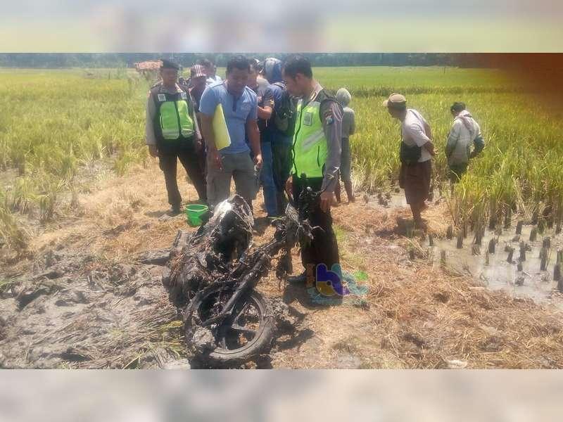 Motor Milik Warga Ngraho Terbakar di Area Pesawahan Padangan