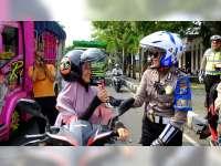 Peringati Hari Kartini, Srikandi Angling Dharma Bagi-Bagi Coklat di Jalan