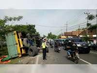 As Roda Belakang Patah, Truk Tronton Terguling di Baureno