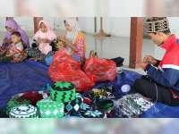 Kopiah Rajut Laris Manis, Para Tetangga Kecipratan Berkah