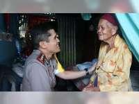 Kapolres Bojonegoro Sambangi Mbah Sumiati, Nenek yang Hidup Sebatangkara