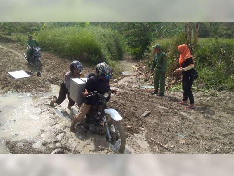 Perjuangan Petugas di Tambakrejo Bojonegoro Saat Mengawal Logistik Pilkada Menuju TPS